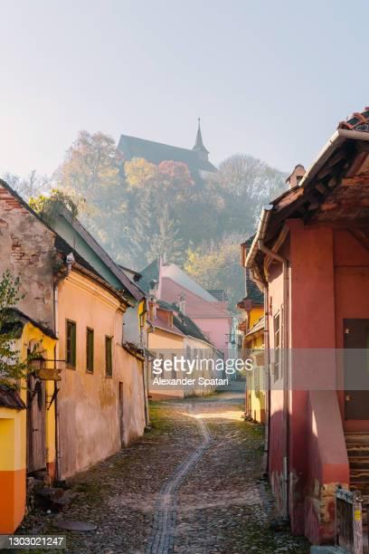 cobbled alley in sighisoara citadel, transylvania, romania -  キリスト教 伝来の地  ストックフォトと画像