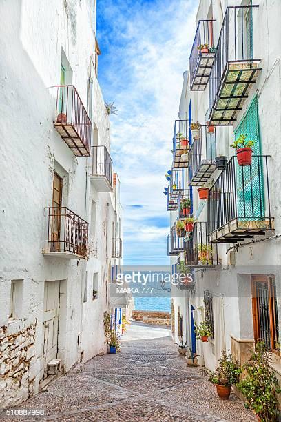 cobbled street of peñiscola, castellón, spain. - peniscola photos et images de collection