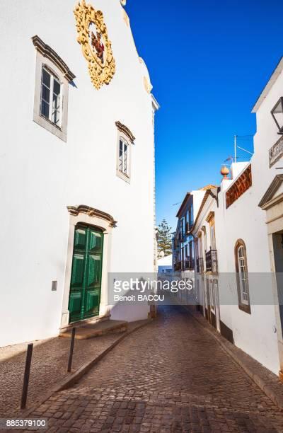cobbled street of the city of tavira, algarve region, portugal - tavira imagens e fotografias de stock