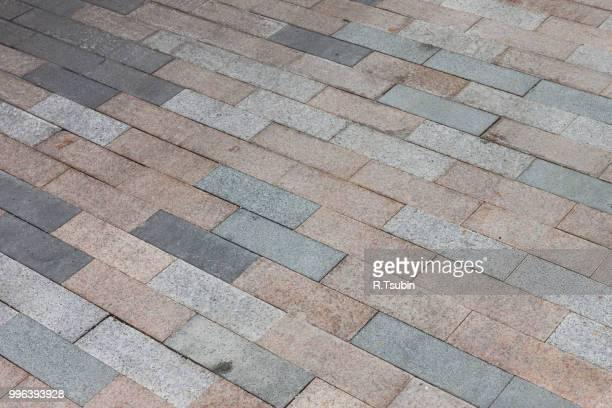 cobblestone pavement road diagonal view - sten konstruktionsmaterial bildbanksfoton och bilder
