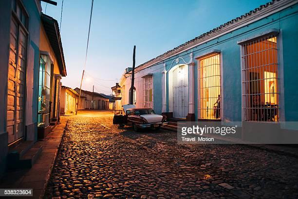 cobblestone street at night, trinidad, cuba - sancti spiritus provincie stockfoto's en -beelden