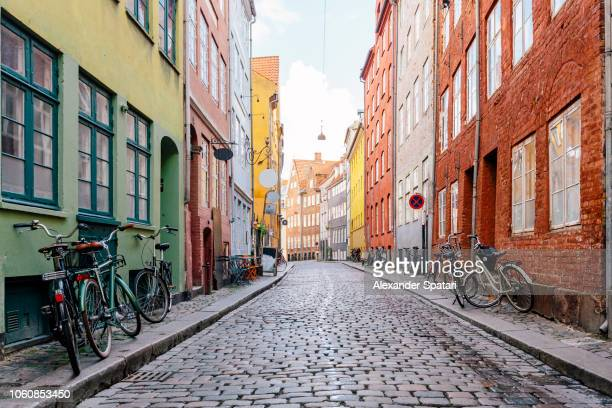 cobblestone street in copenhagen old town, denmark - copenhague photos et images de collection