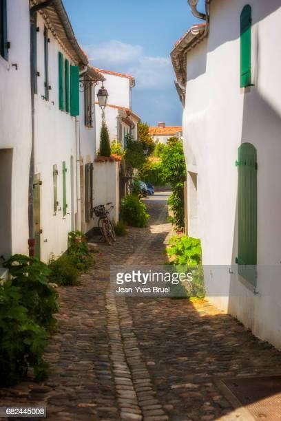 cobblestone street in saint martin de re in the island of ile de re - ile de france stockfoto's en -beelden