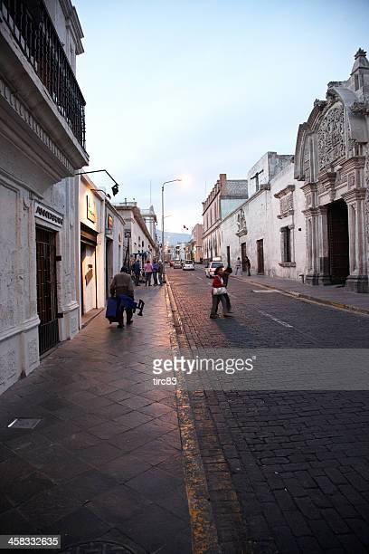 Cobblestoned peruano street en crepúsculo