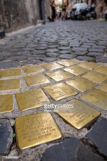 una strada nel ghetto ebraico ricorda gli ebrei deportati nei campi di concentramento nazisti - antica roma foto e immagini stock