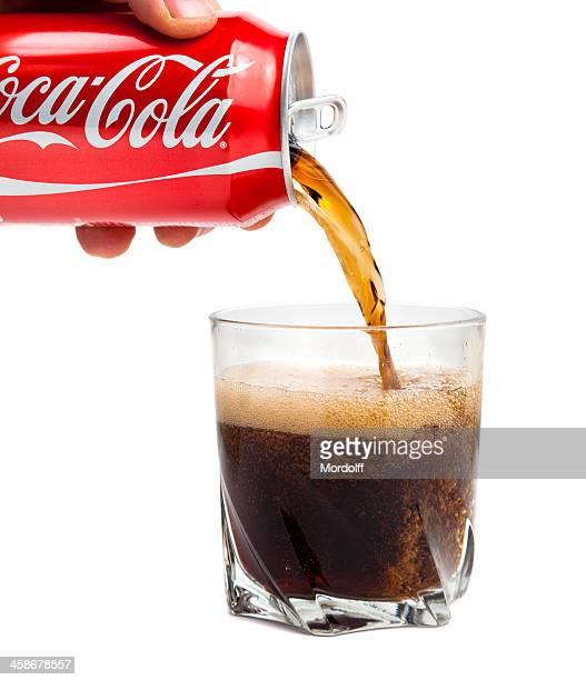 Coca Cola, verser dans le verre. Isolé sur fond blanc