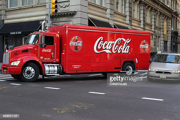 コカコーラトラックを配送ニューヨークシティのダウンタウン - コークス ストックフォトと画像
