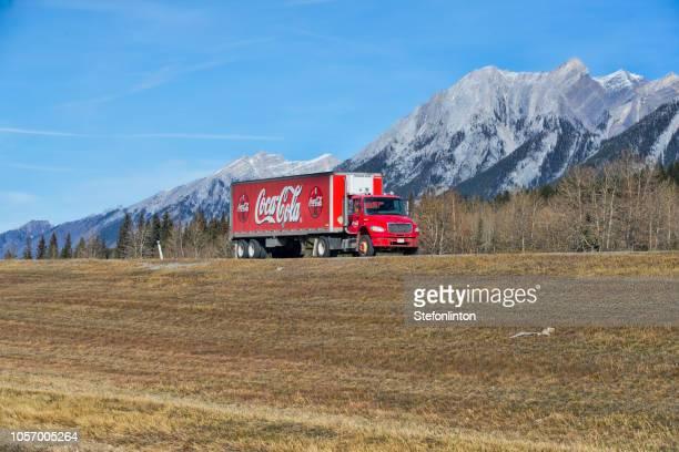 camión de coca cola - coca cola fotografías e imágenes de stock