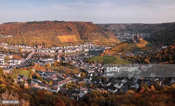 Cochem vakantieoord en wijngaarden in de vallei van de Moezel wijn op herfst, Rijnland-Palts, en maakt.