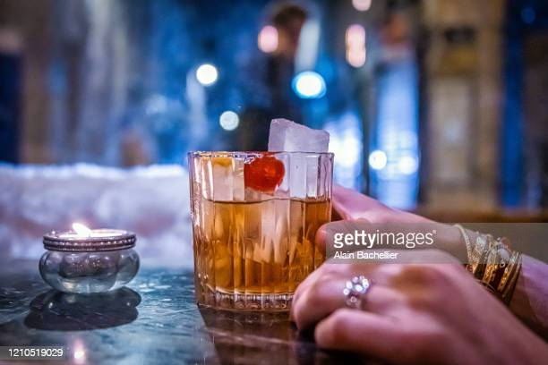 cocktail and street - alain bachellier photos et images de collection
