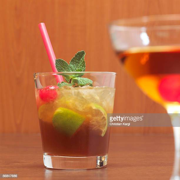 cocktail, mai tai, manhattan - mai tai fotografías e imágenes de stock