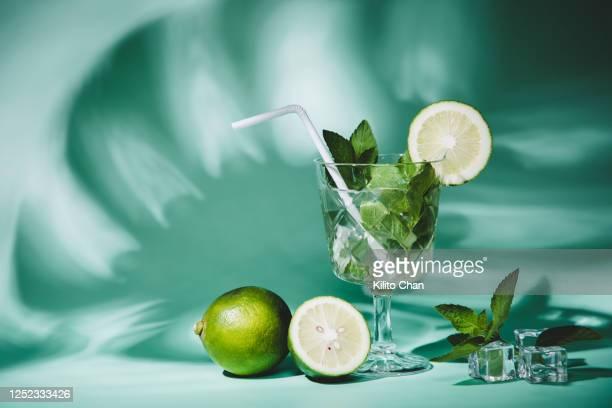 cocktail mojito with fresh ingredients - glas serviesgoed stockfoto's en -beelden