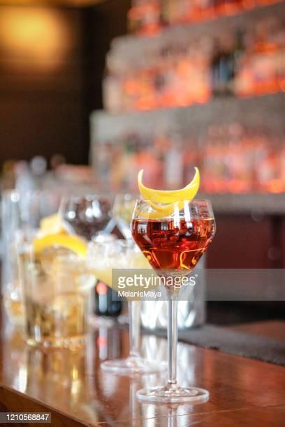 cocktails auf der bartheke - wasserform stock-fotos und bilder