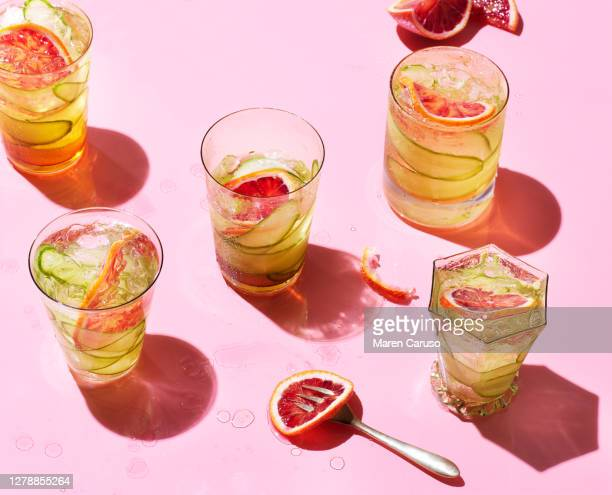 cocktails on pink background - cocktail party foto e immagini stock