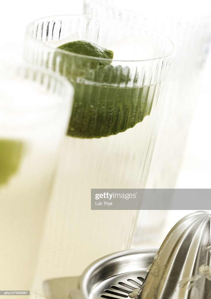 Cocktails with lime, close-up. : Stockfoto