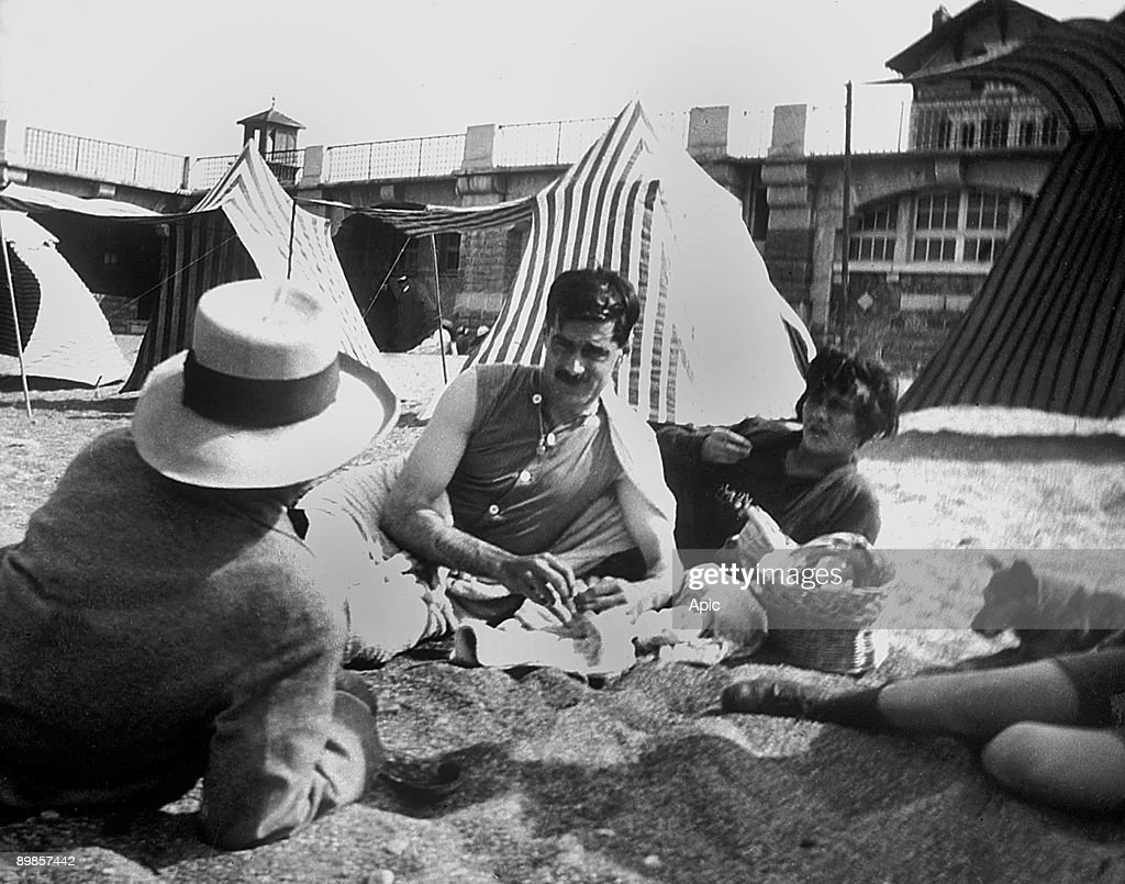 """Coco Chanel and her lover Arthur """" Boy """" Capel (mustache) with Constent Say on the beach in Saint Jean de Luz in 1917 : News Photo"""