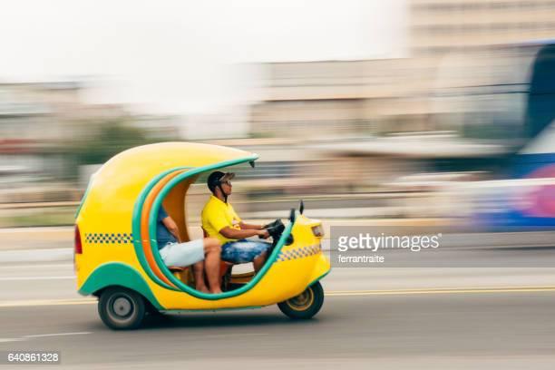 taxi de coco la havane cuba - moto humour photos et images de collection