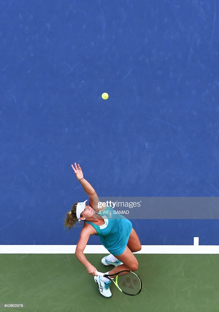 CoCo Vandeweghe of the US serves the ball to Lucie Safarova of the Czech Republic during their 2017 US Open Women's Singles Round 4 match at the USTA Billie Jean King National Tennis Center in New York on September 4, 2017 / AFP PHOTO / Jewel SAMAD