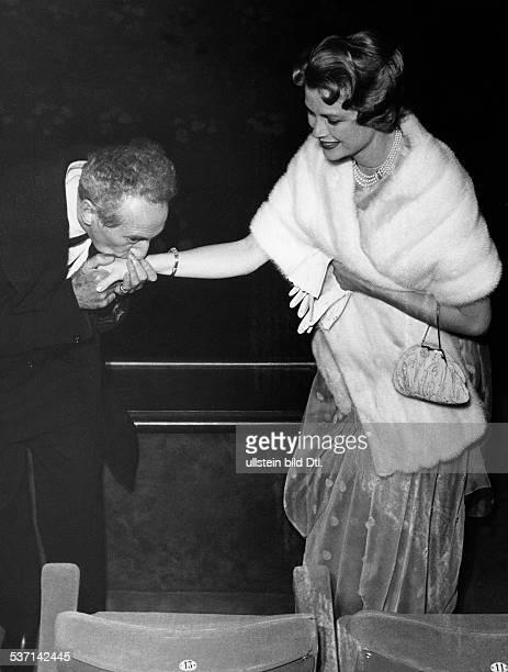 Cocteau Jean Schriftsteller Regisseur Maler F begruesst bei den Filmfestspielen in Cannes Fuerstin Gracia Patricia von Monaco 1958