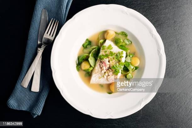 kabeljauwfilet met beurre blanc saus en appel. - gourmet eten stockfoto's en -beelden