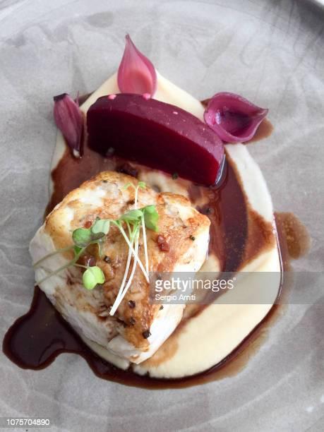 cod with beetroot and potato purée - stampen voedselbereiding stockfoto's en -beelden