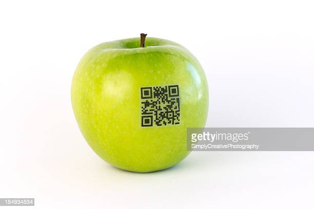 QR Code Label auf grünem Apfel