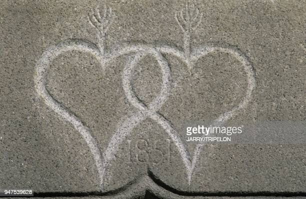 Coeurs sculptes sur un linteau Ambazac HauteVienne Limousin France Hearts on a lintel Ambazac HauteVienne Limousin France Coeurs sculptes sur un...