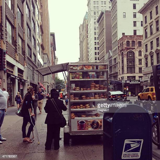 Las rosquillas y café y cesta de alimentos en la ciudad de Nueva York