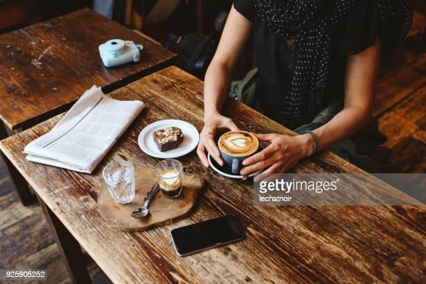 Café et gâteau sur la table dans un café dans le centre de Londres
