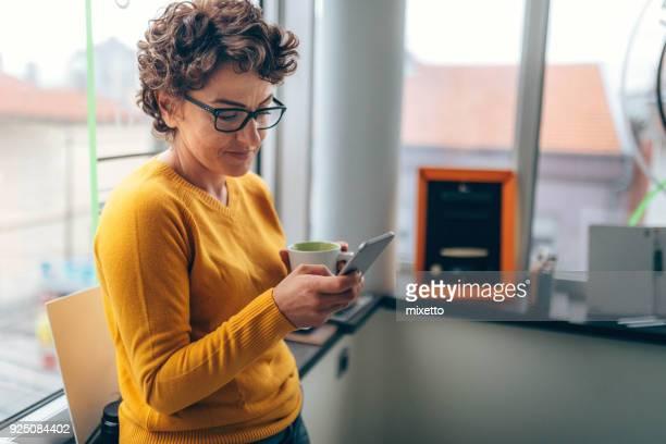 café e telefone inteligente - mensagem de texto - fotografias e filmes do acervo