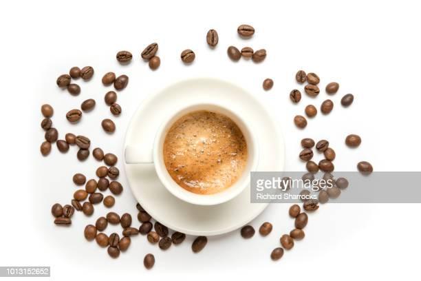 coffee beans and espresso cup - grain de café torréfié photos et images de collection