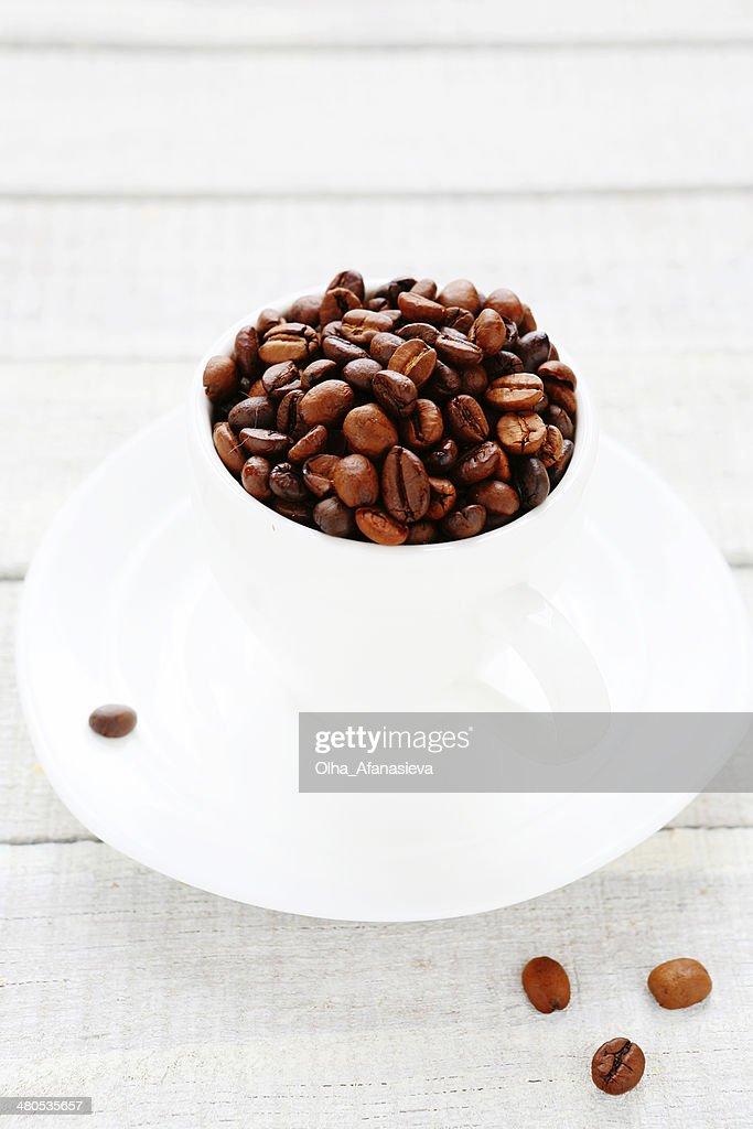 Kaffeebohnen in eine weiße Tasse : Stock-Foto