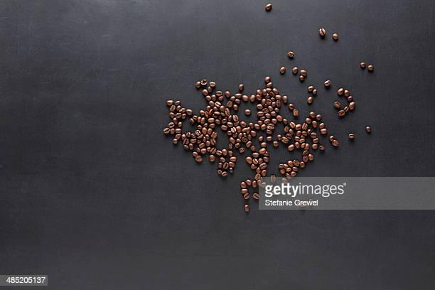 coffee beans on a blackboard - stefanie grewel stock-fotos und bilder