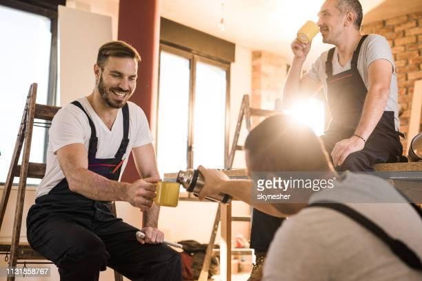 koffiepauze op bouwplaats! - pauze nemen stockfoto's en -beelden