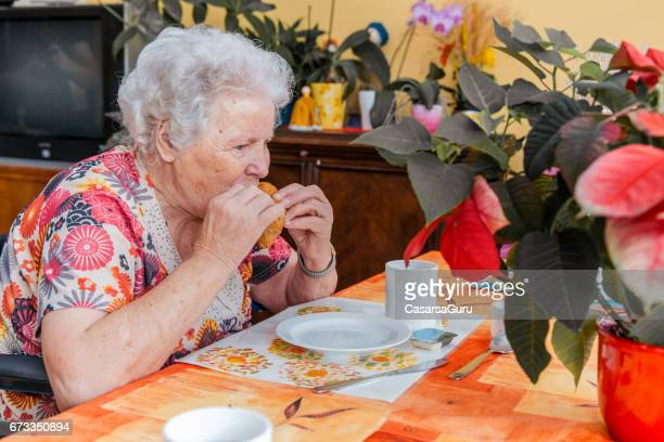 Koffiepauze voor senioren In het bejaardentehuis