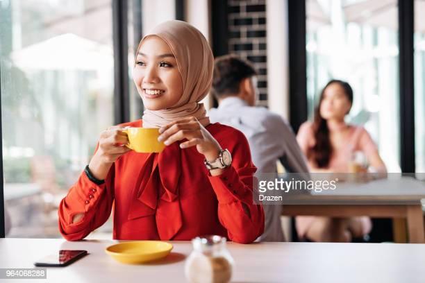 Coffee break para mujer sonriente en la acogedora cafetería