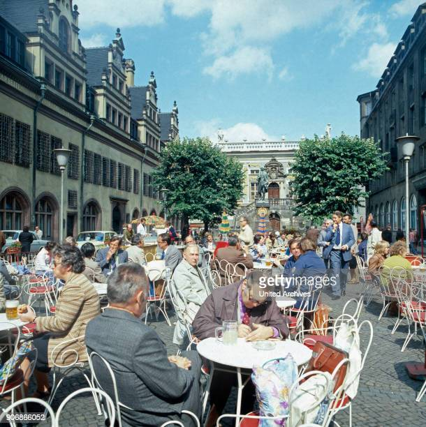 A coffee break in front of the Goethe monument in Leipzig Leipzig DDR 1980s