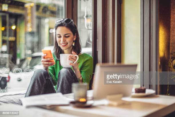 coffee break - smartphone stock pictures, royalty-free photos & images