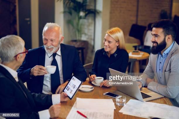 Kaffeepause während der Diskussion Businessplan im Café.