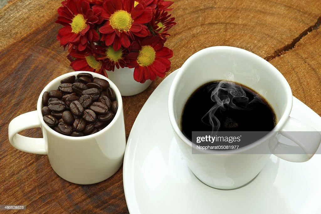 Kaffeetasse und Bohnen auf einem Holz-Hintergrund. : Stock-Foto
