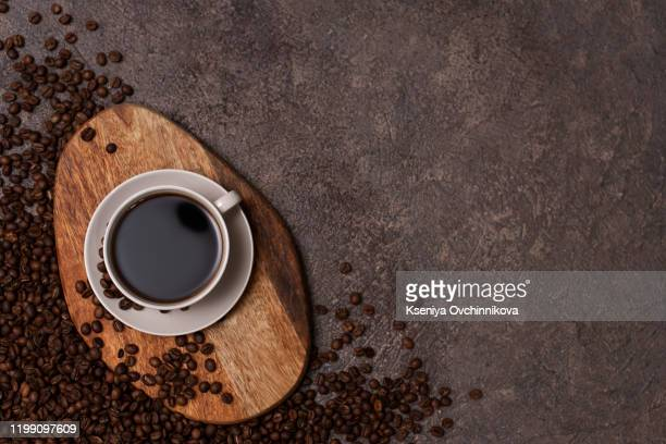 coffee cup and beans on old kitchen table. top view with copyspace for your text - café moulu photos et images de collection
