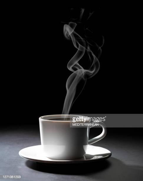 濃い黒の背景にコーヒーカップ - ローキー ストックフォトと画像