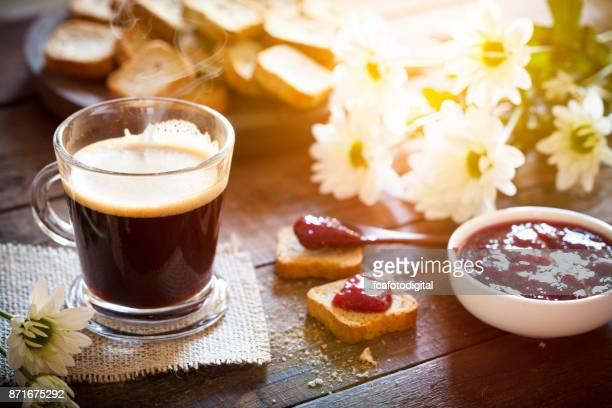 Beber café por la mañana en la mesa de jardín