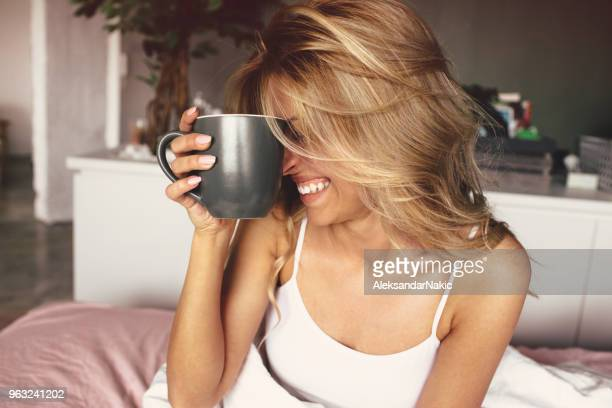 koffie in bed - morning stockfoto's en -beelden