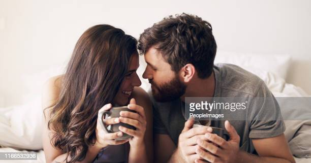 il caffè è ancora meglio quando è condiviso - amanti letto foto e immagini stock