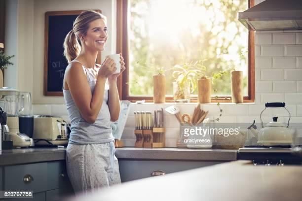 coffee makes the world a better place - mattina foto e immagini stock