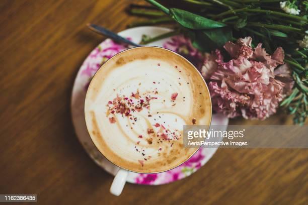 coffee mug with bouquet of flowers - bouquet de muguet fotografías e imágenes de stock