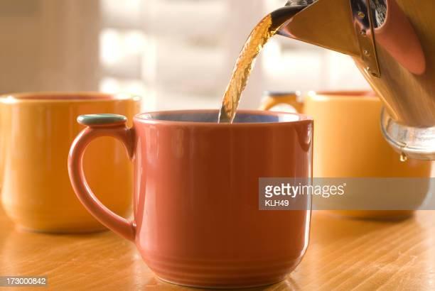 コーヒーまたはティーに注ぎます。