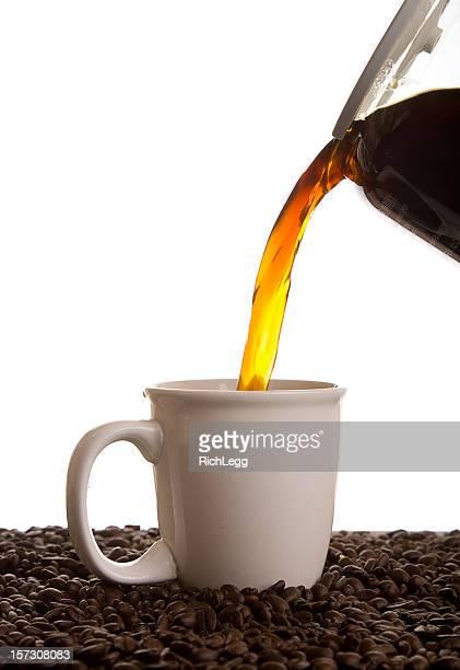 コーヒーのカップに注ぐ