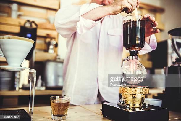 Kaffee Vorbereitung mit Staubsauger Pot